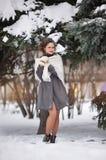 Muchacha que juega con nieve en parque Imagen de archivo libre de regalías