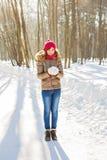 Muchacha que juega con nieve en parque Fotos de archivo libres de regalías