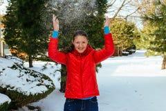 Muchacha que juega con nieve en parque Fotos de archivo