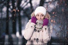 Muchacha que juega con nieve en parque Winnter Fotografía de archivo libre de regalías