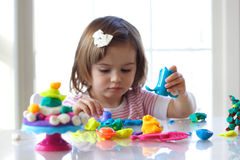 Muchacha que juega con pasta del juego fotografía de archivo libre de regalías