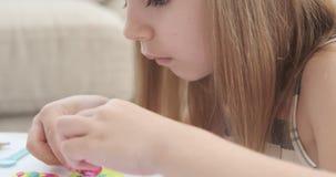Muchacha que juega con plasticine colorido almacen de metraje de vídeo