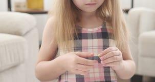 Muchacha que juega con plasticine en la guardería almacen de video