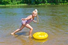 Muchacha que juega con un anillo de goma Fotografía de archivo