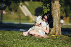Muchacha que juega con un perro Imagen de archivo libre de regalías