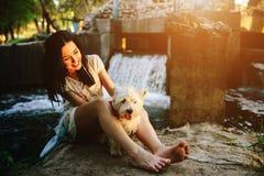 Muchacha que juega con un perro Fotos de archivo libres de regalías