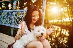Muchacha que juega con un perro Fotografía de archivo