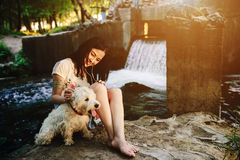 Muchacha que juega con un perro Imágenes de archivo libres de regalías