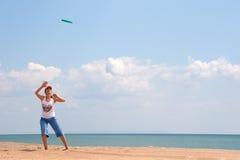 Muchacha que juega el disco volador Fotos de archivo