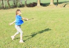 Muchacha que juega el disco volador Fotografía de archivo libre de regalías