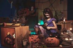Muchacha que juega el la noche de Halloween fotografía de archivo