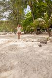 Muchacha que juega el oscilación en la playa Fotos de archivo