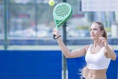 Muchacha que juega el partido del tenis de la paleta imágenes de archivo libres de regalías