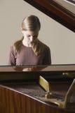 Muchacha que juega el piano Imágenes de archivo libres de regalías