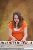 Muchacha que juega el teclado Fotos de archivo libres de regalías