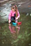 Muchacha que juega en charco Imagen de archivo libre de regalías