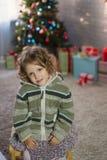 Muchacha que juega en el cuarto con un árbol de navidad Fotografía de archivo libre de regalías