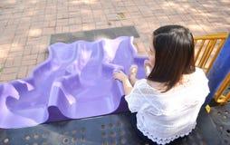 Muchacha que juega en el patio Imagenes de archivo