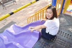 Muchacha que juega en el patio Imagen de archivo