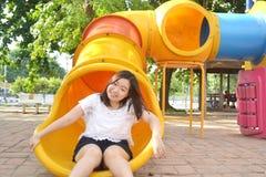 Muchacha que juega en el patio Fotos de archivo