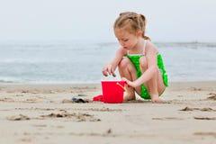 Muchacha que juega en la arena Imágenes de archivo libres de regalías