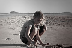 Muchacha que juega en la arena foto de archivo libre de regalías