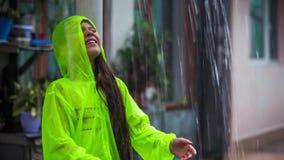 Muchacha que juega en la lluvia almacen de video