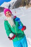 Muchacha que juega en la nieve Imagen de archivo