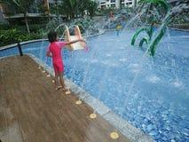 Muchacha que juega en la piscina fotos de archivo