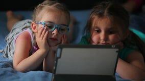 Muchacha que juega en la tableta almacen de video