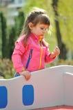 Muchacha que juega en patio fotografía de archivo