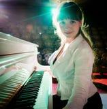 Muchacha que juega en piano Imagenes de archivo