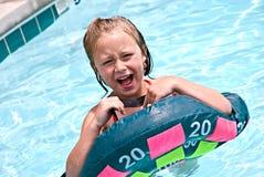 Muchacha que juega en piscina Fotos de archivo libres de regalías