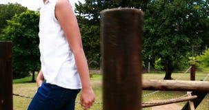 Muchacha que juega en un paseo del patio en parque metrajes