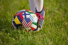 Muchacha que juega a fútbol fotos de archivo libres de regalías