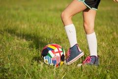 Muchacha que juega a fútbol foto de archivo libre de regalías