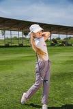 Muchacha que juega a golf Fotografía de archivo