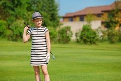 Muchacha que juega a golf Foto de archivo libre de regalías