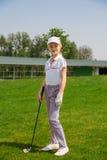 Muchacha que juega a golf Imagenes de archivo