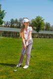 Muchacha que juega a golf Fotografía de archivo libre de regalías