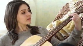 Muchacha que juega la guitarra y la sonrisa almacen de video