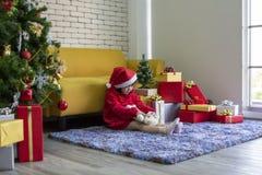 Muchacha que juega la muñeca Concepto de Navidad y del día de fiesta Muchacha feliz de los niños imagen de archivo
