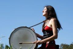 Muchacha que juega los tambores fotos de archivo libres de regalías