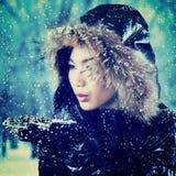 Muchacha que juega nieve fría Foto de archivo