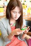 Muchacha que juega smartphone Foto de archivo