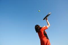 Muchacha que juega a tenis Foto de archivo libre de regalías