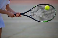 Muchacha que juega a tenis en la corte en un día soleado hermoso foto de archivo libre de regalías