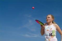 Muchacha que juega a un juego de bola foto de archivo libre de regalías