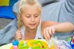Muchacha que juega un juego de mesa Fotos de archivo libres de regalías