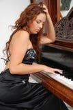 Muchacha que juega un piano Foto de archivo libre de regalías